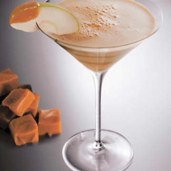 C ctel de caramelo y manzana con licor de caf for Coctel con zumo de tomate