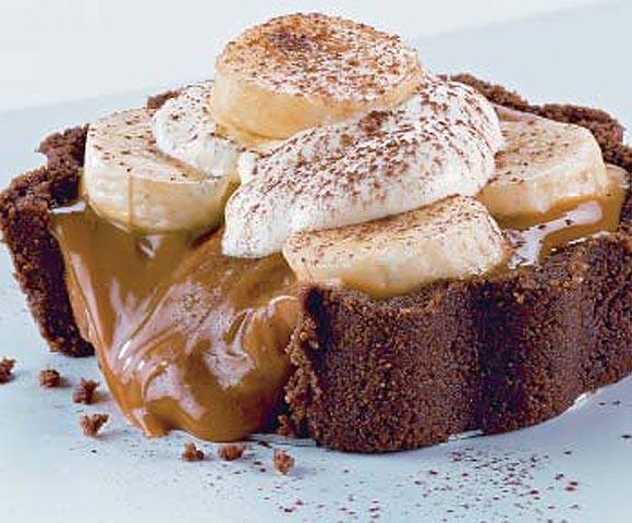 Pastelitos de caramelo y plátano cubiertos de cacao