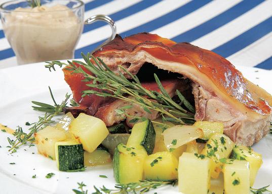 Cochinillo asado con verduras y crema de manzana