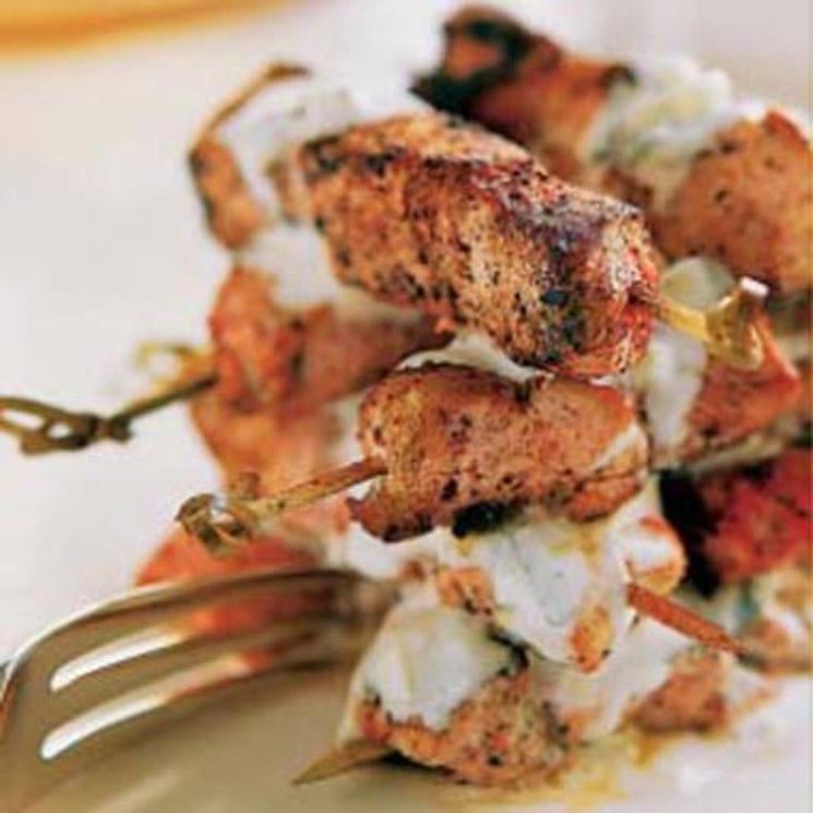 Brochetas de pollo tandoori con salsa de yogur y menta