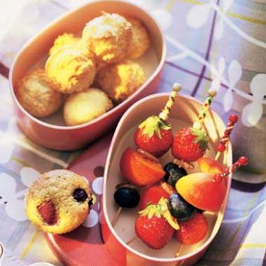 Brochetas de frutas con bolitas de coco y magdalenas