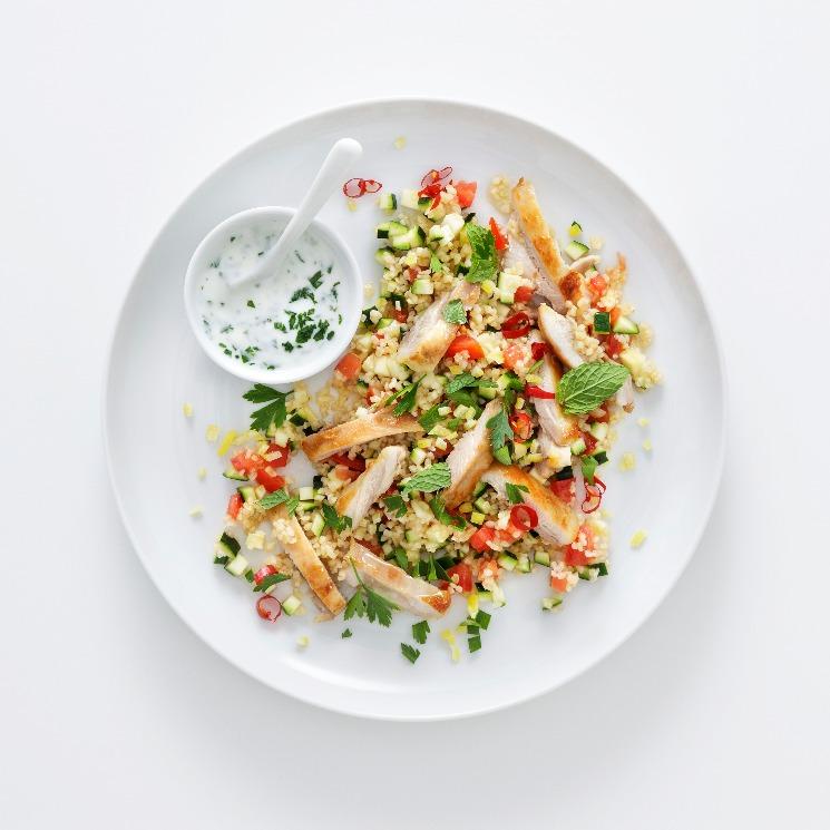 Pollo hindú con tabulé verde y salsa de yogur