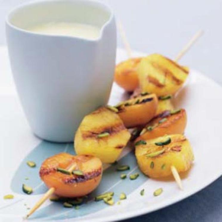 Brochetas de albaricoque y piña con chocolate blanco