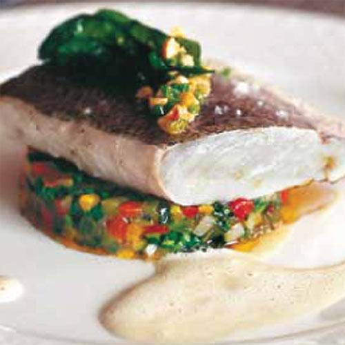 Merluza al vapor con verduras y albahaca