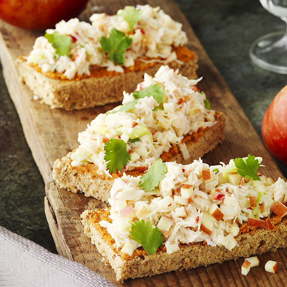 Canapés de pan integral con manzanas y cangrejo