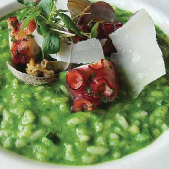 Arroz verde con pulpo y almejas