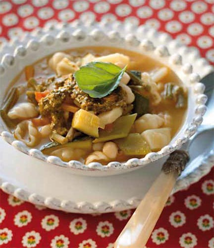 Sopa de pasta con judías verdes y pesto de tomate
