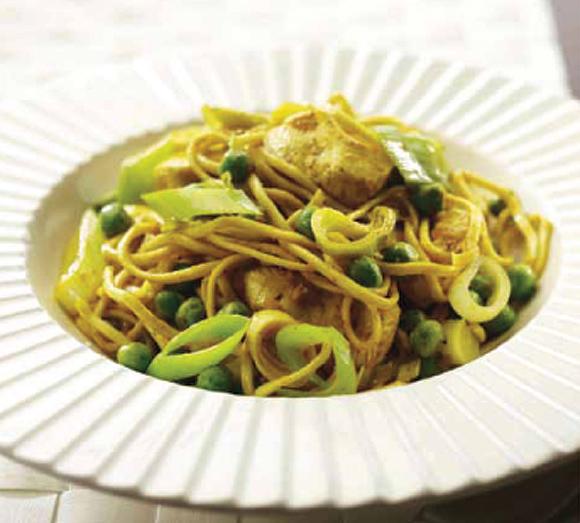 Espaguetis con puerros y pollo