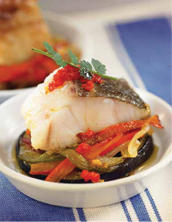 Bacalao con berenjenas y pimientos asados