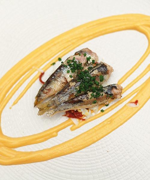 Sardinillas con salmorejo y jamón