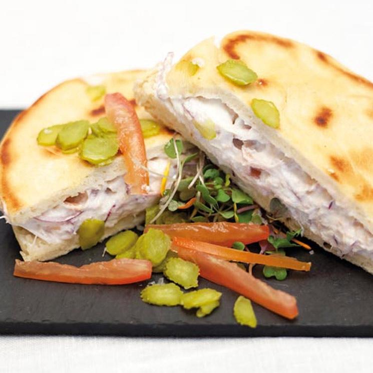 Bocadillo de atún con queso en pan de pita casera