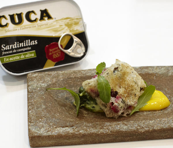 Bocadillo de sardinas en aceite con yema cocida