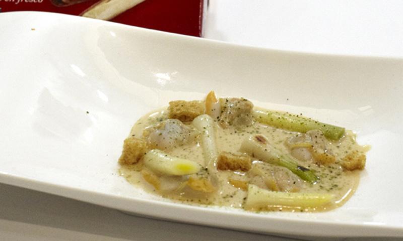Navajas con jugo de cebolla tostada y fina lamina de tocino