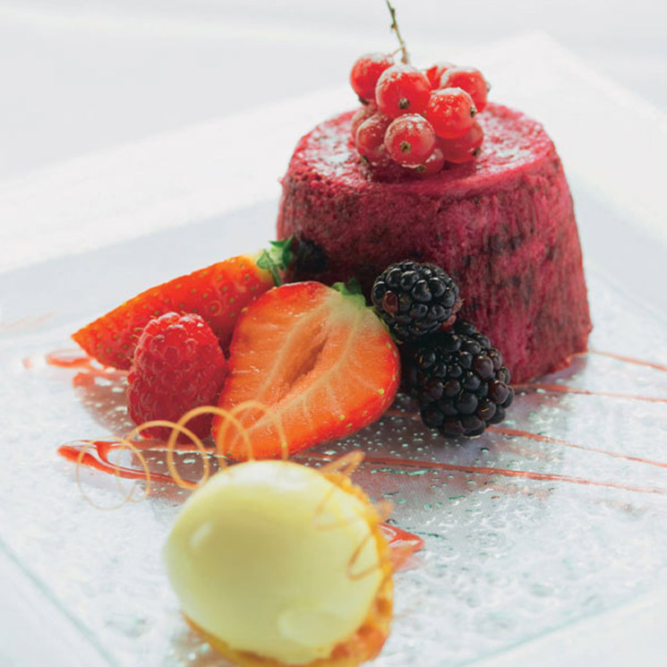 Pudin de fresas y frutas rojas con helado de limón