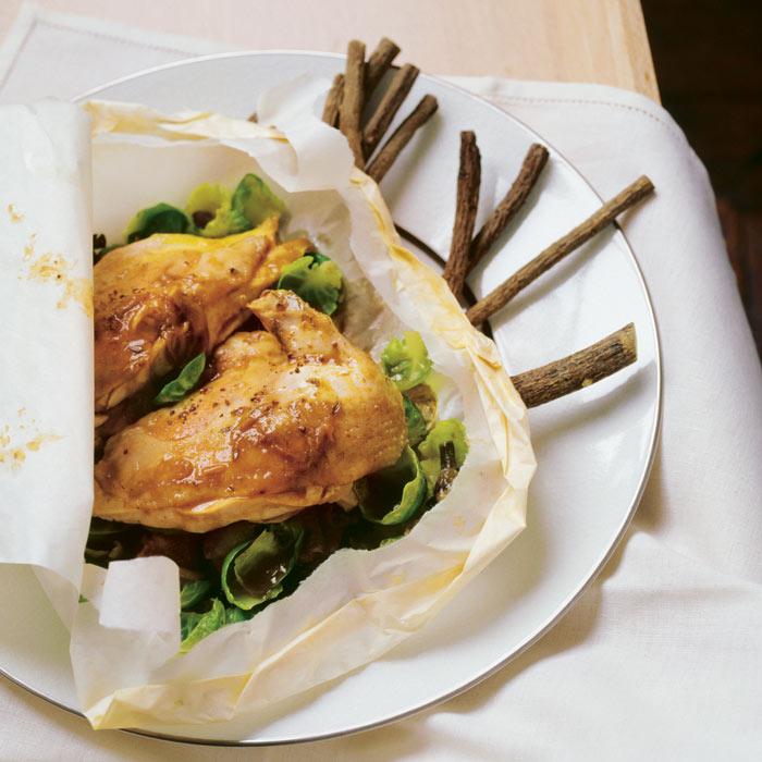 Gallina y coles de Bruselas en papillote