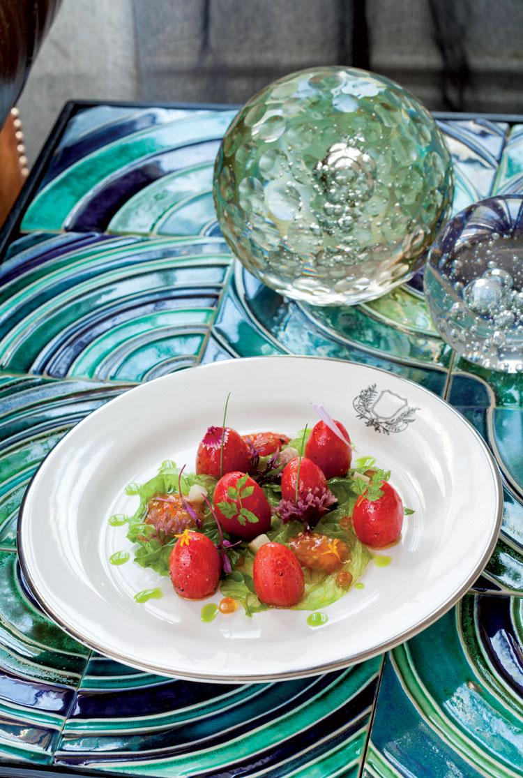 Tomates rellenos de ostras y salazones