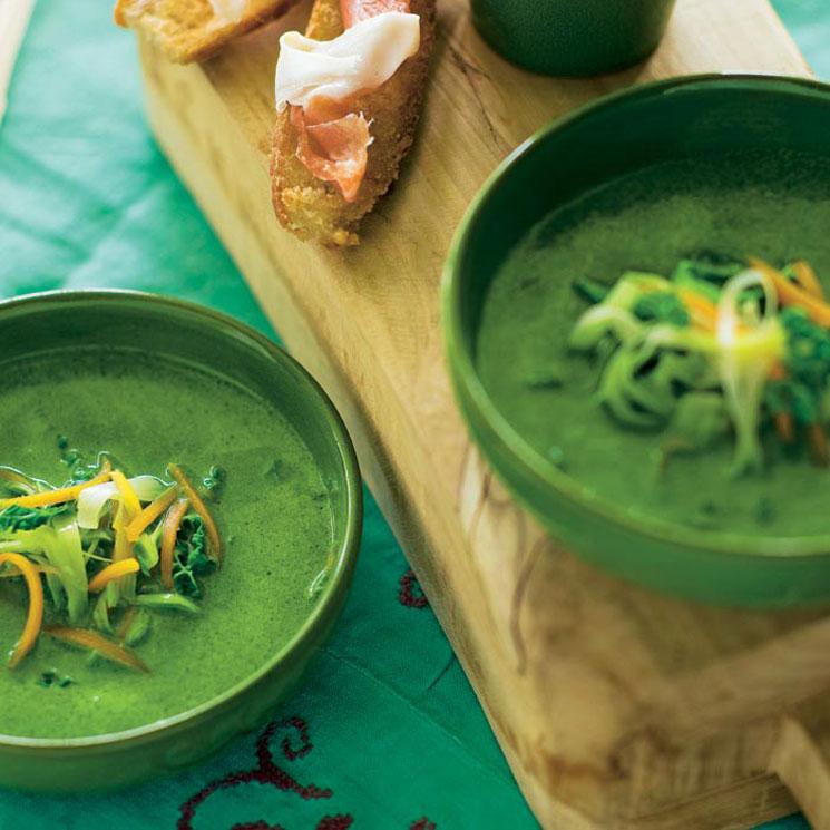 Caldo verde con juliana de verduras crujientes