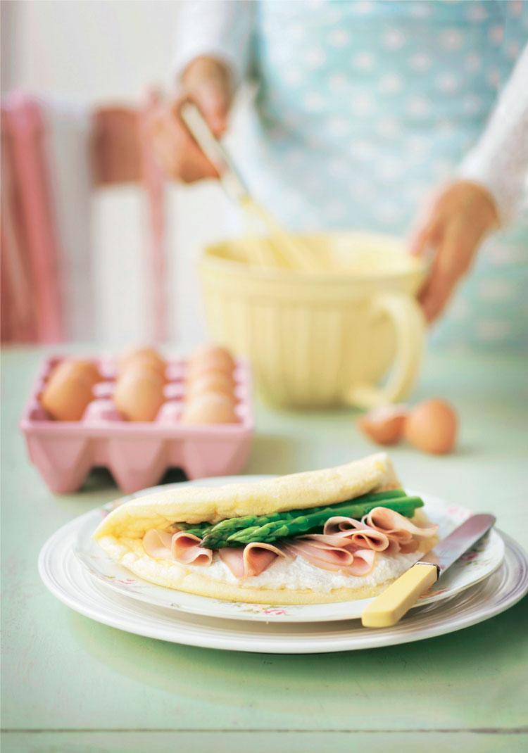 Tortilla esponjosa rellena de jamón y espárragos