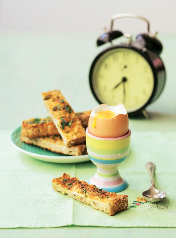 Huevo cremoso con picatostes de albahaca fresca