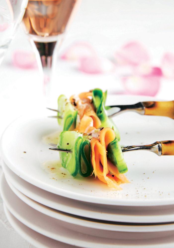Pinchito de salmón y pepino con crema ácida