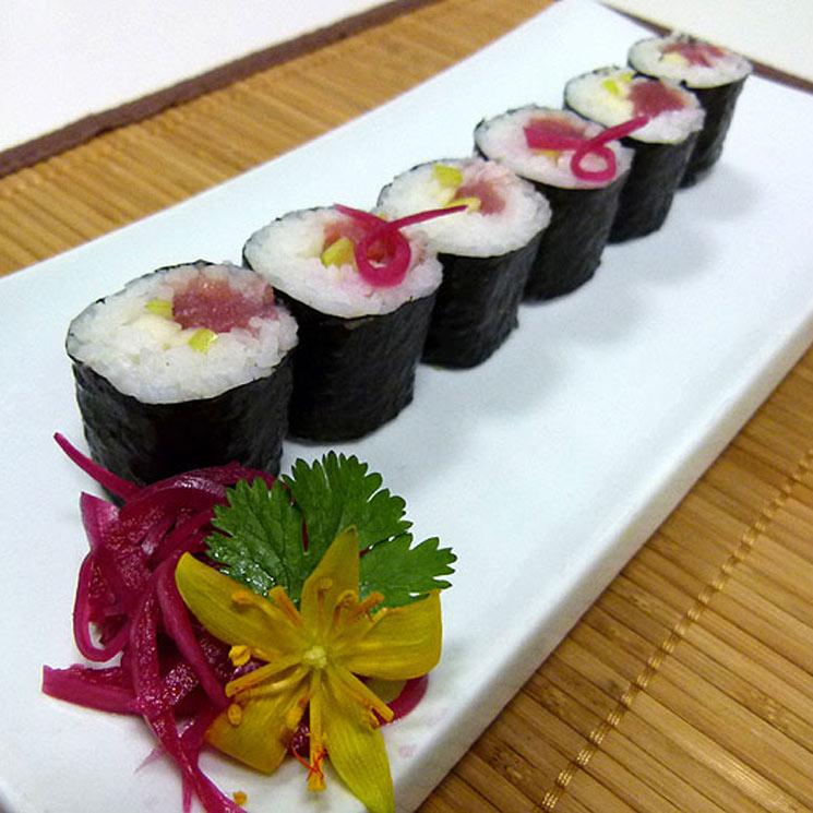 Maki de atún, manzana verde y cebolla morada encurtida