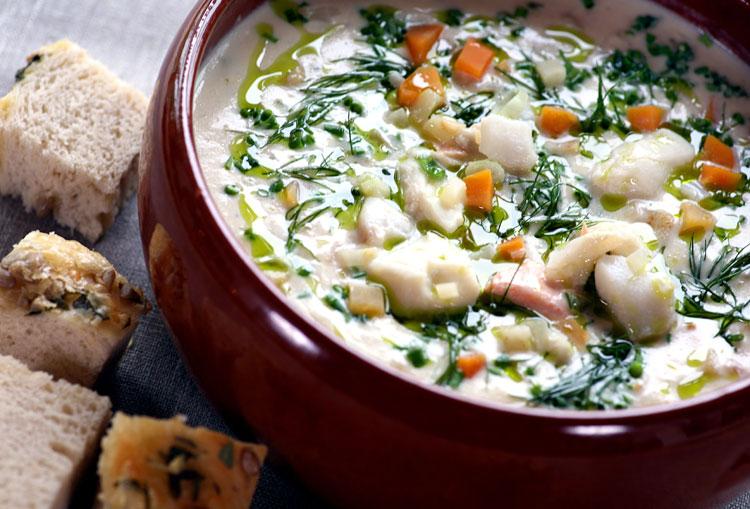 Bacalao en sopa cremosa con hortalizas