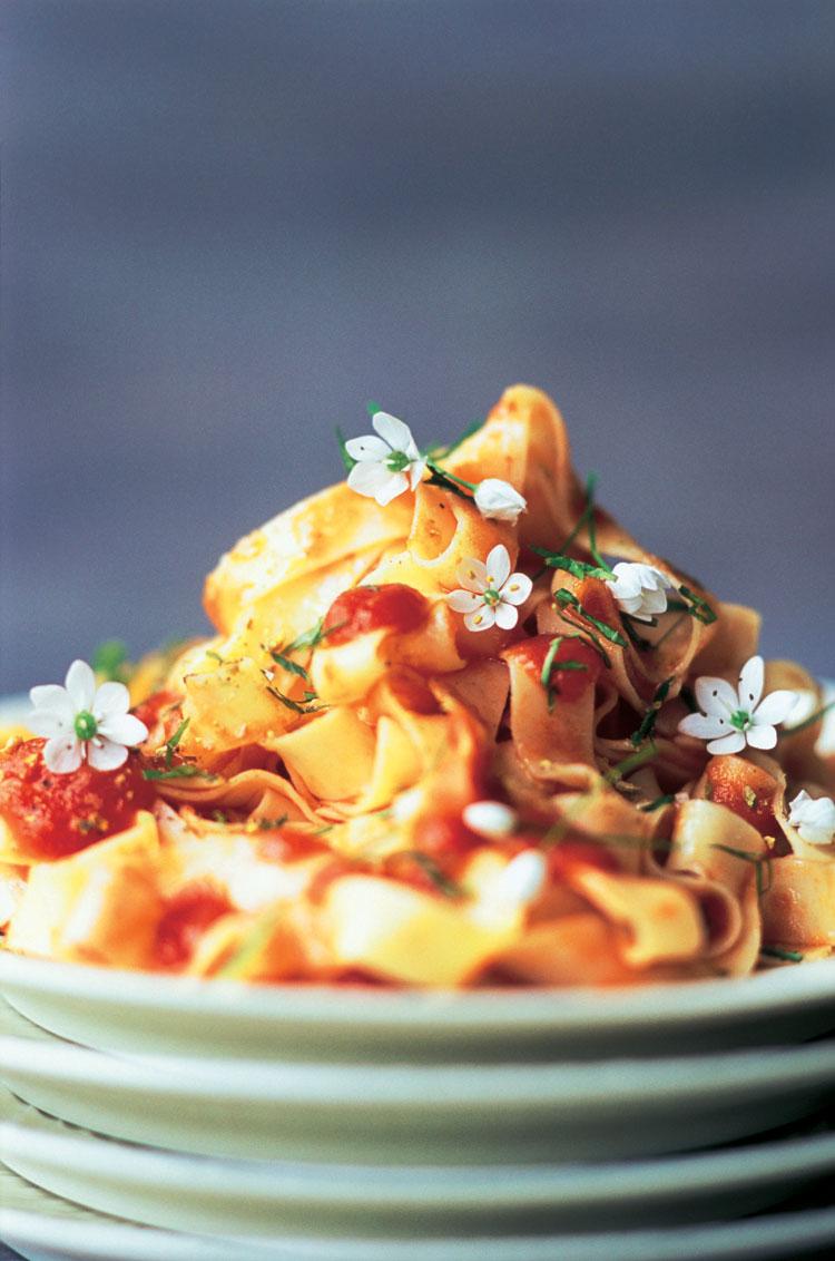 Tallarines con tomate y flores de ajo