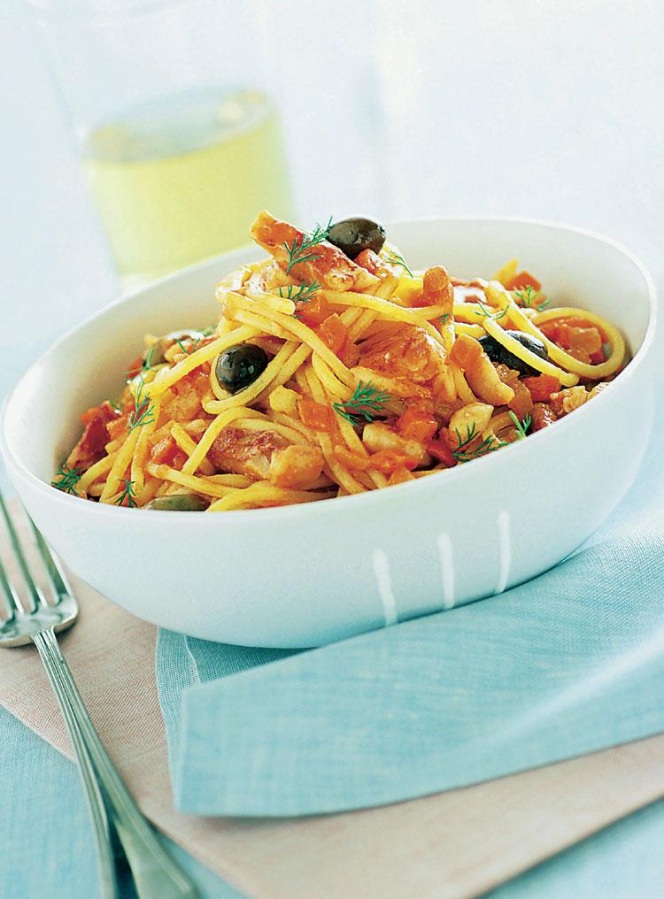 Espaguetis con salmonetes y olivas negras