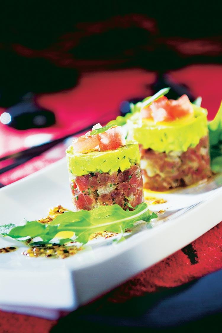 Tartar de atún con guacamole y vinagreta de soja
