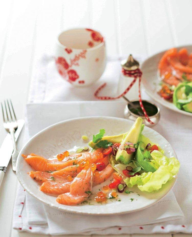 Cebiche de salmón con ensalada de aguacate y tomatitos