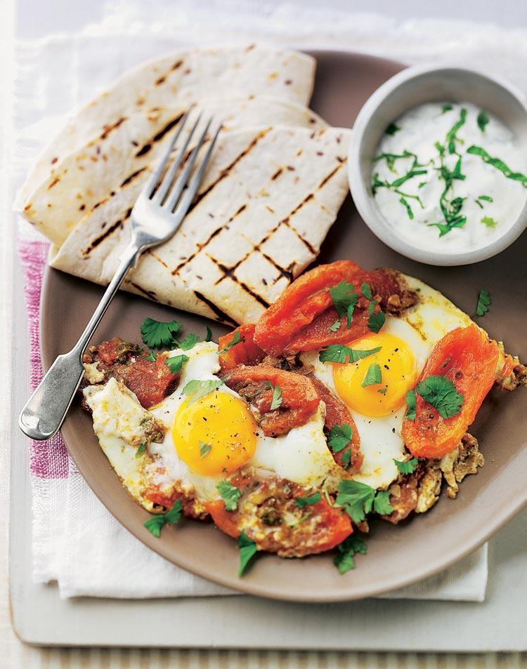 Huevos con verduras y salsa de yogur y menta