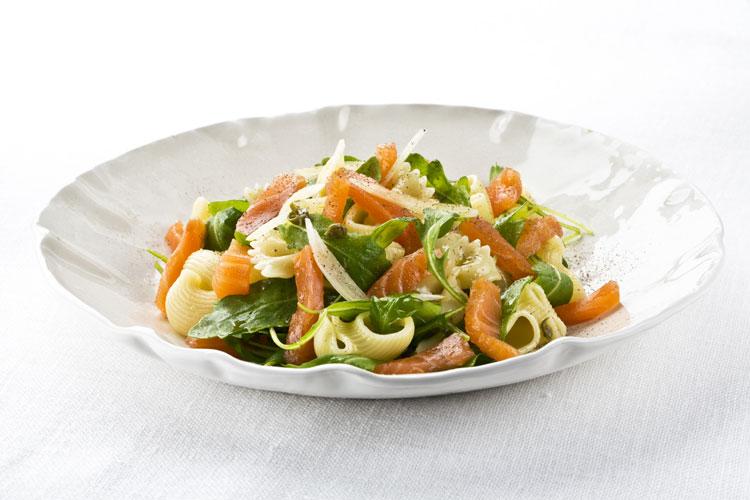 Ensalada de pasta con salmón noruego ahumado y rúcula