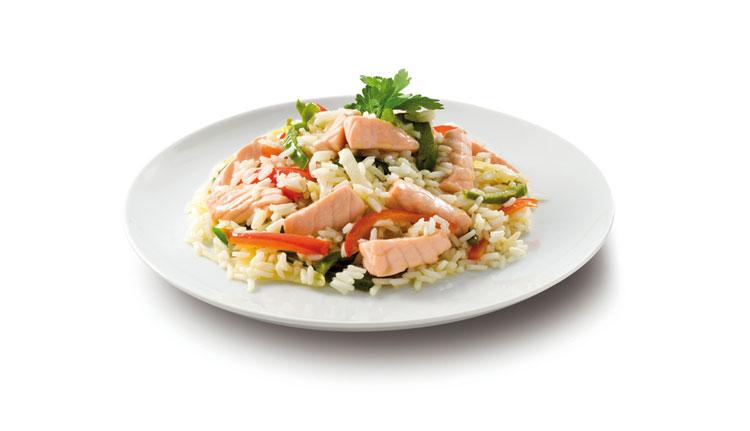 Salteado de salmón fresco con arroz