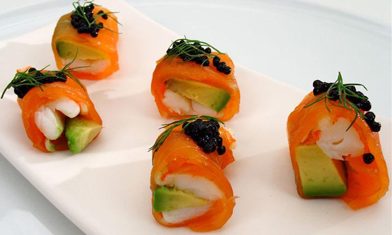Rollitos de aguacate con salmón ahumado