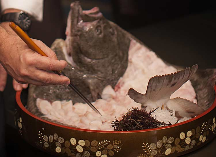 Sashimi de rodaballo en su carcasa con salsa ponzu