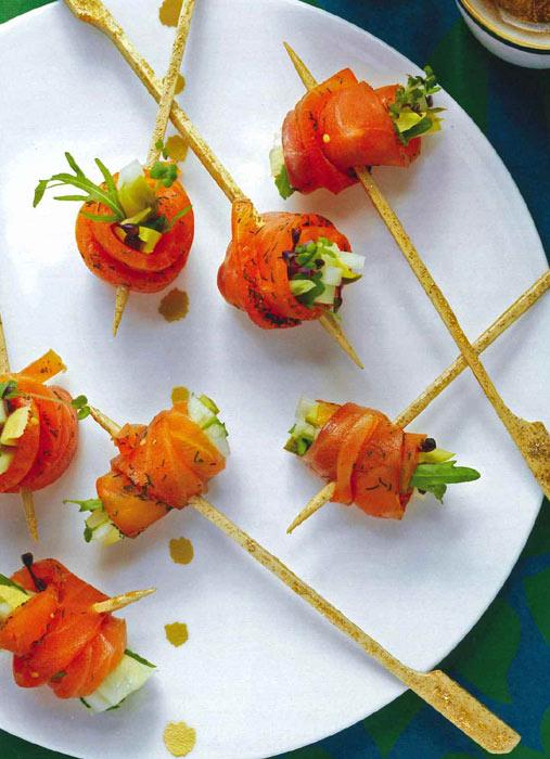 Pinchitos de salmón rellenos de frutas y verduritas