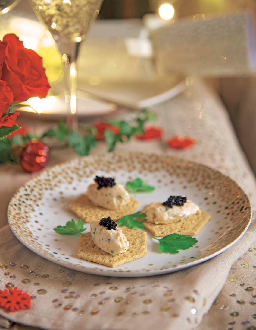 Galletas 'cracker' con salmón ahumado, 'mousse' de gambas y caviar