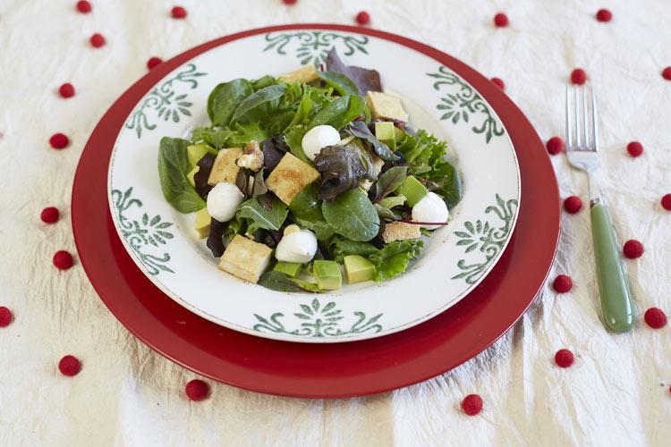 Ensalada de tofu,aguacate, mozzarella y vinagreta