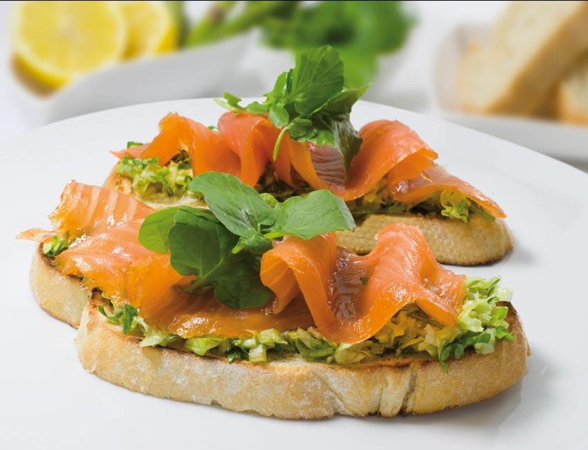 Tostadas de salm n ahumado con lechuga y berros - Tapas con salmon ahumado ...