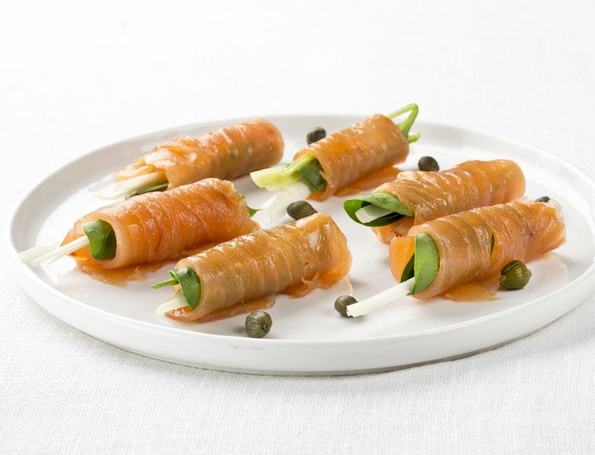 Rollos de salmón ahumado y espinacas