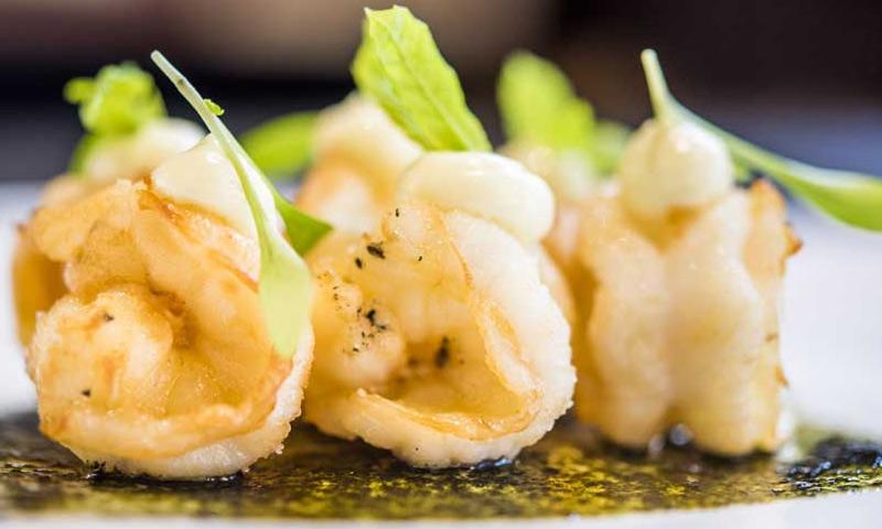 Langostinos fritos con aceite de algo 'Nori' y mahonesa de wasabi