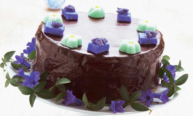 Tarta de chocolate con flores y caramelos