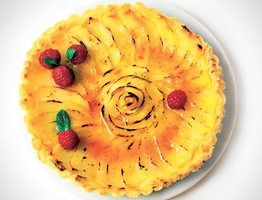 Tarta de manzana con salsa de mantequilla y miel
