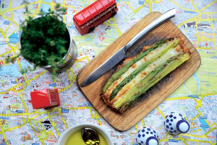 Tosta de espárragos verdes y queso manchego con aceite de trufa