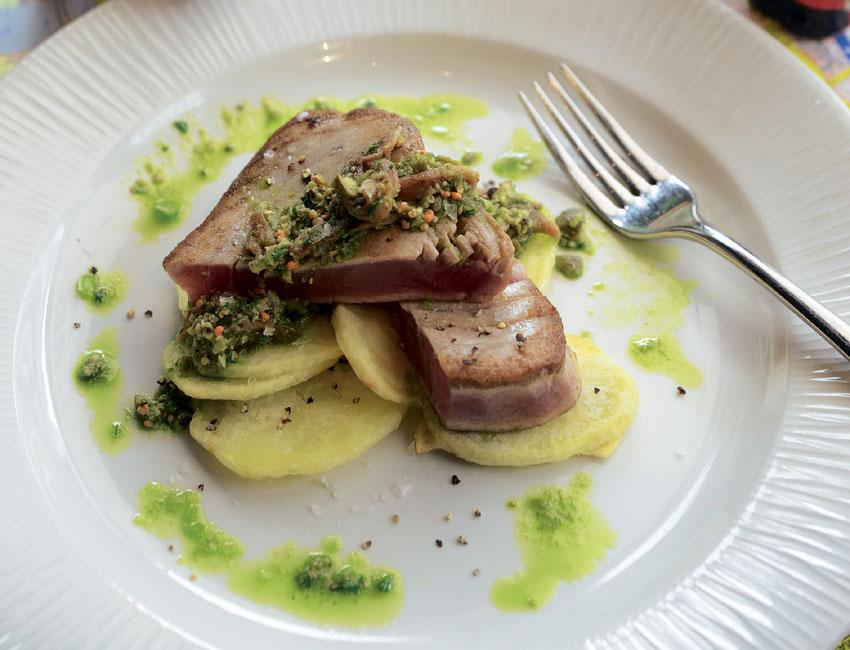 Atún sellado con salsa verde y patatas