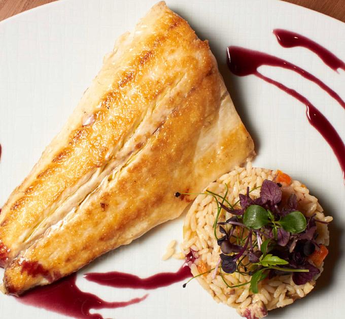 Lubina a la pimienta de sichuan con arroz arbóreo, hongos shiitake y salsa de vino tinto