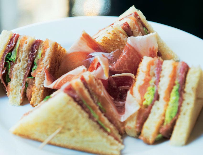 Sandwichitos de jamón con tomate y lechuga