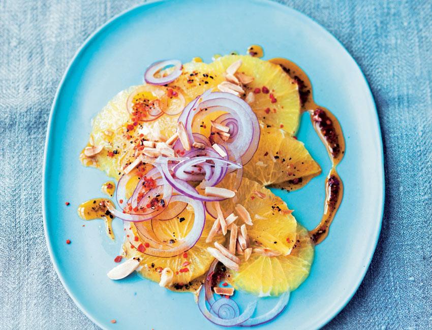Ensalada de naranja y almendras con vinagreta de limón y paté de aceitunas