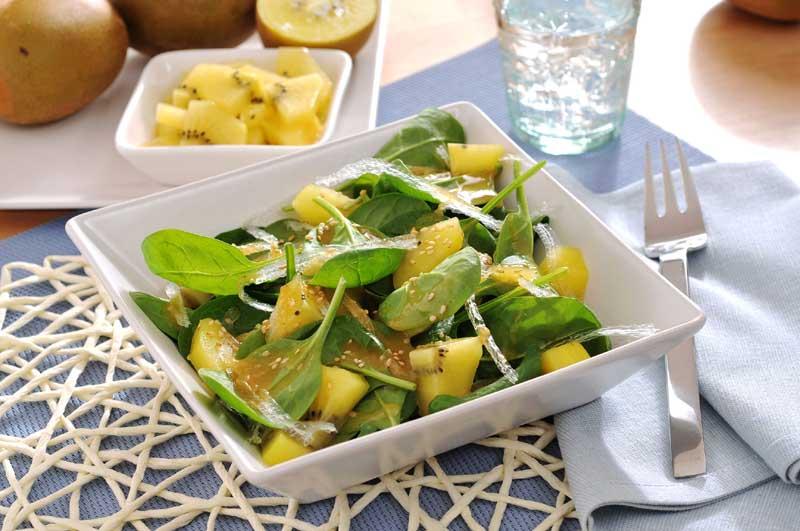 Ensalada de espinacas, agar agar y kiwi
