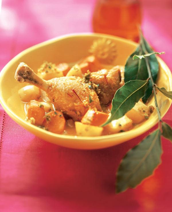 Pollo guisado con almendras
